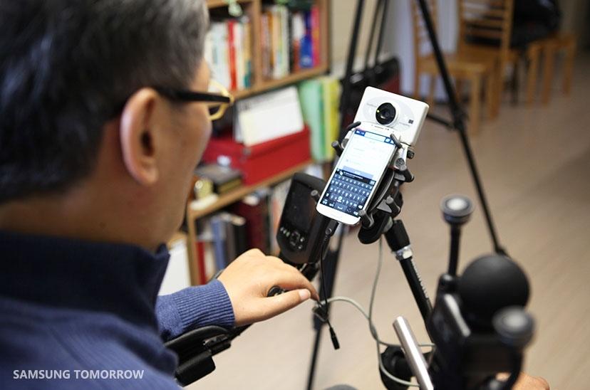 Aplikacja DOWELL pomaga w używaniu smartfonów osobom niepełnosprawnym