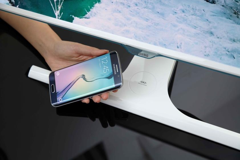 Pierwszy na świecie monitor z bezprzewodową ładowarką urządzeń mobilnych