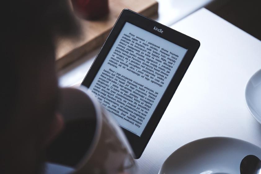 Czytamy coraz mniej książek, a sprzedaż ebooków rośnie